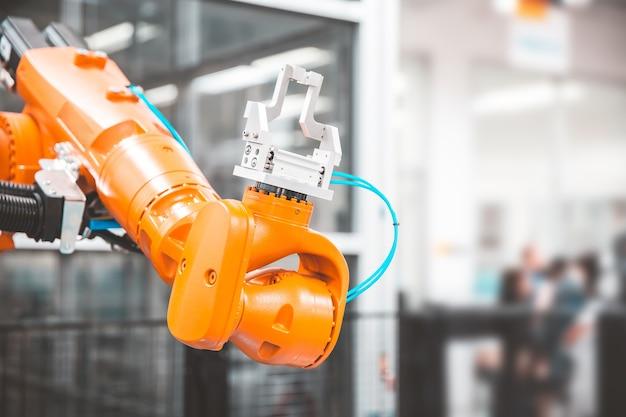 System obsługi automatyki cnc z ramieniem robota do produkcji przemysłowej
