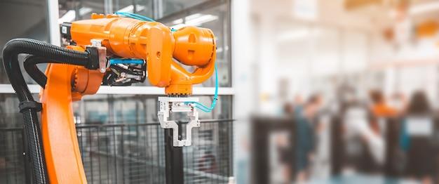 System obsługi automatyki cnc z ramieniem robota do produkcji przemysłowej.