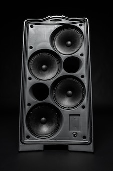 System stereo kolumna audio na ciemnym tle
