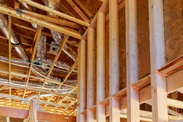 System wentylacji i czyszczenia całego domu w srebrnym materiale izolacyjnym na poddaszu