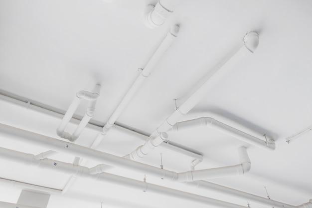 System wodociągowy. montaż rury wodnej w budynku. system transportu rur wodnych.