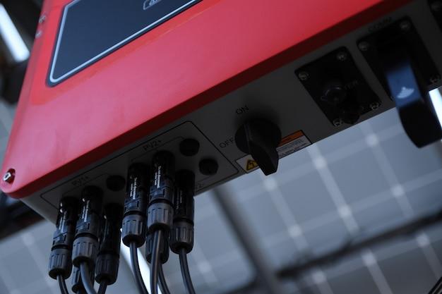 System zarządzania baterią słoneczną. kontroler mocy, ładowanie paneli słonecznych. śledzenie słoneczne.