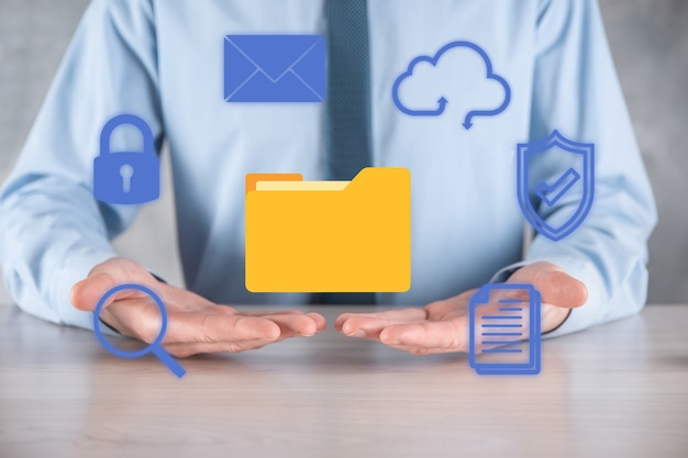 System Zarządzania Dokumentami Dms. Biznesmen Przytrzymaj Ikonę Folderu I Dokumentu. Oprogramowanie Do Archiwizacji, Wyszukiwania I Zarządzania Plikami Firmowymi I Informacjami. Koncepcja Technologii Internetowej. Bezpieczeństwo Cyfrowe. Premium Zdjęcia