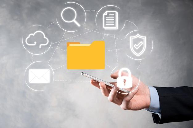 System zarządzania dokumentami dms. biznesmen przytrzymaj ikonę folderu i dokumentu. oprogramowanie do archiwizacji,