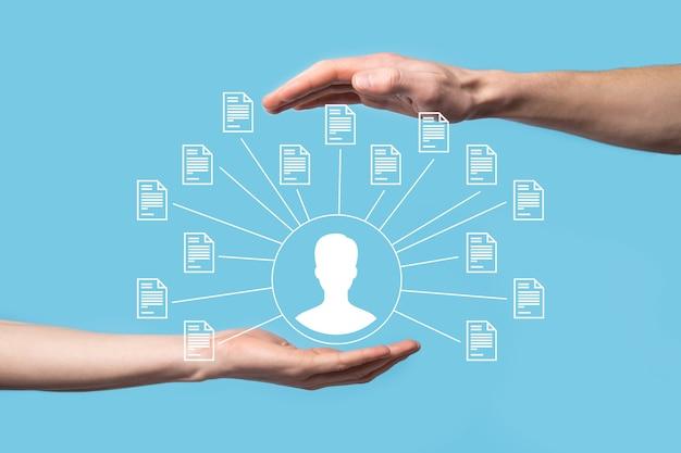 System zarządzania dokumentami dms. biznesmen trzymać ikonę użytkownika i dokumentu. oprogramowanie do archiwizacji, wyszukiwania i zarządzania plikami firmowymi i informacjami. koncepcja technologii internetowej. bezpieczeństwo cyfrowe.