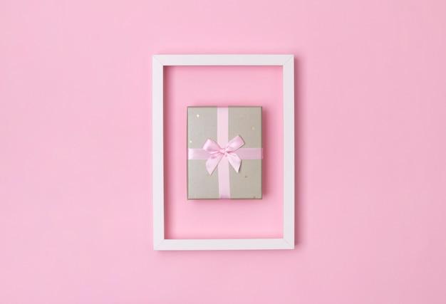 Szablon drugiego dnia świąt bożego narodzenia. pudełko w ramce na pastelowym różowym tle.