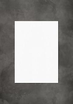 Szablon makiety pustego arkusza papieru na białym tle na ciemny beton
