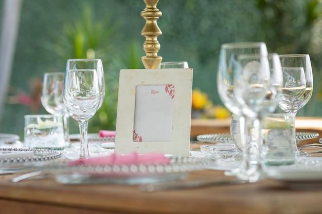 Szablon menu na stole na spotkanie towarzyskie w ogrodzie