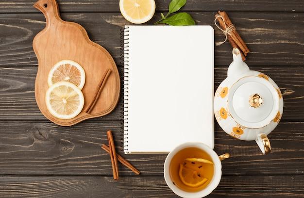 Szablon płaski świeckich notatnik z koncepcją herbaty