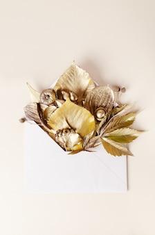 Szablon składu jesieni. złote liście w kopercie pocztowej.