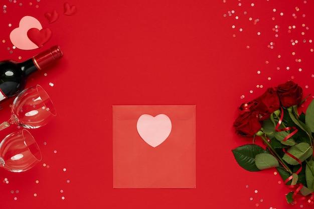 Szablon świętego walentego. czerwona koperta z serduszkiem, kwiatami, winem, kieliszkami, konfetti
