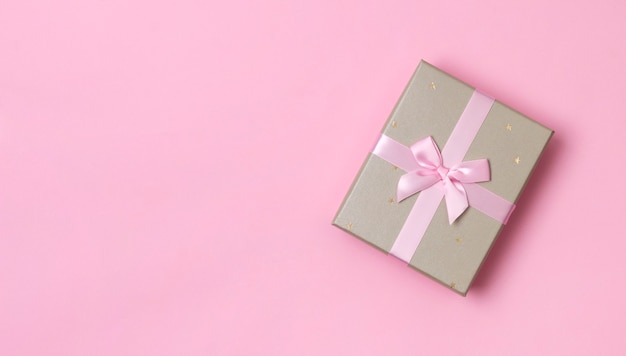 Szablon urodziny boże narodzenie nowy rok. piękne pudełko na pastelowym różowym tle papieru.