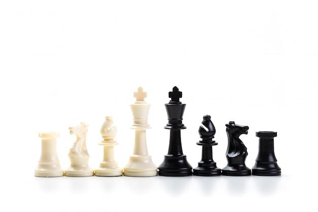 Szachowa gra lub szachowi kawałki z białym tłem