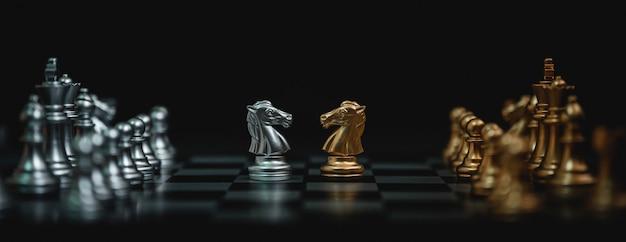 Szachowa gra planszowa w kolorze złotym i srebrnym