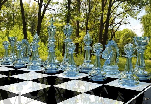 Szachowa gra planszowa w lesie w ogrodzie