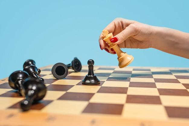 Szachownica i koncepcja gry pomysłów biznesowych i konkurencji.