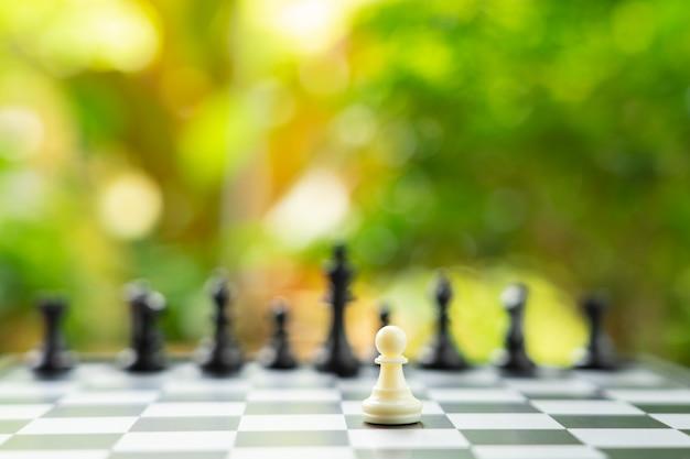 Szachownica z szachownicą z tyłu negocjacje w interesach.