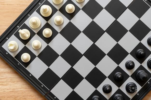 Szachownica z szachy na plecach negocjacje w biznesie.