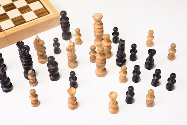 Szachy drewniane w białym stole