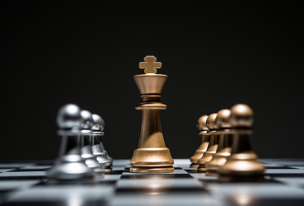 Szachy fotografowane na szachownicy podczas gry zaczyna.