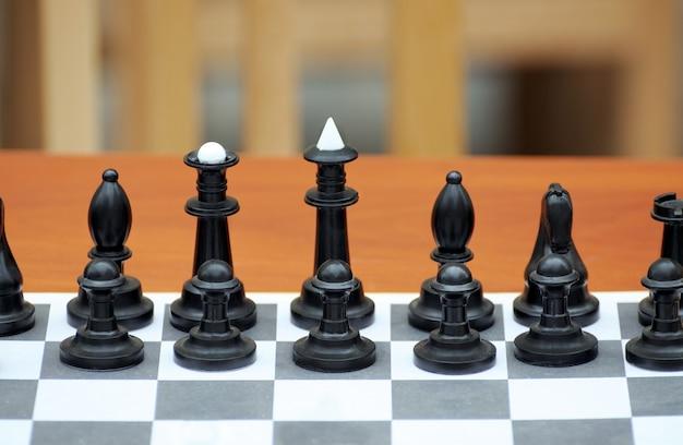 Szachy sfotografowane na szachownicy