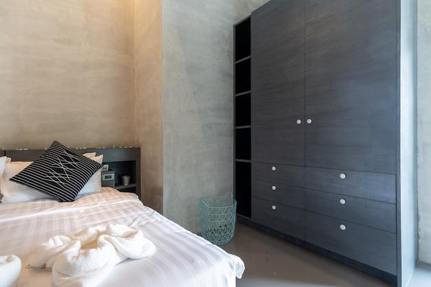 Szafa wzdłuż korytarza w nowoczesnej sypialni w stylu loftu
