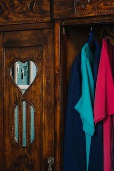 Szafa z drugiej ręki ubrania vintage na wieszakach w szafie gospodarka o obiegu zamkniętym przyjazne dla środowiska