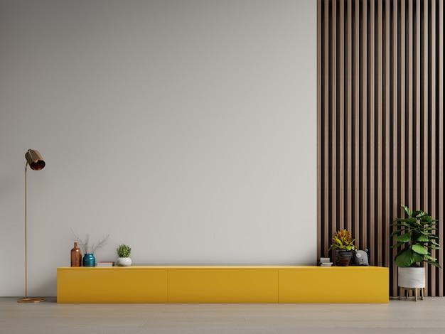 Szafka na telewizor lub umieść obiekt w nowoczesnym salonie z lampą, stołem, kwiatem i rośliną na tle białej ściany.