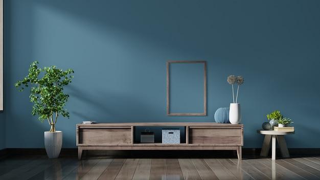 Szafka tv w pustym pokoju, ciemna ściana z drewnianą półką, lampą, roślinami i plakatem.
