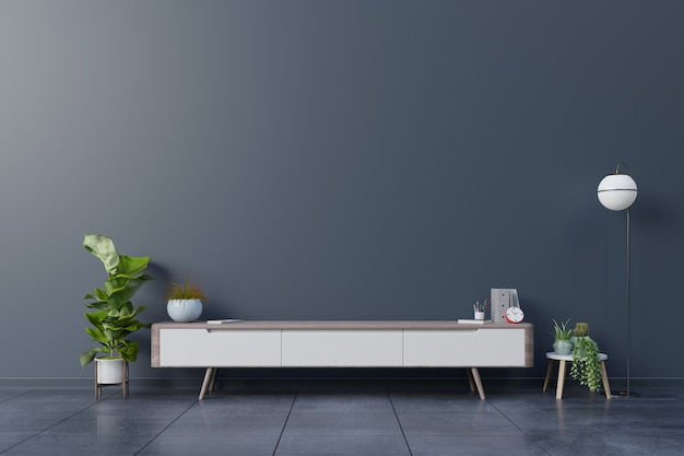 Szafka tv w pustym pokoju, ciemna ściana z drewnianą półką, lampą, roślinami i stołem z drewna.
