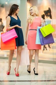 Szał zakupów. piękne młode kobiety robiące zakupy w sklepie odzieżowym