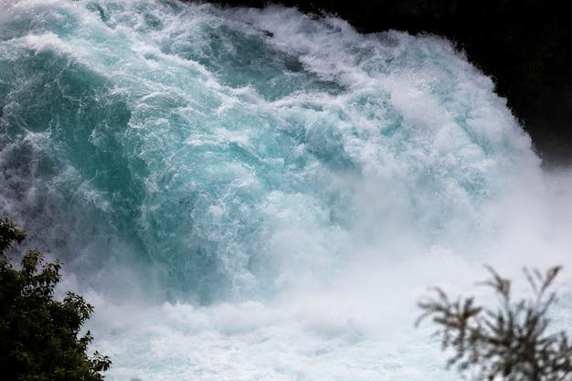 Szalejący potok wodospadów hiuka