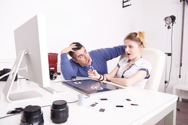 Szaleni fotografowie pracujący