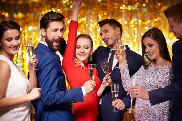 Szaleni ludzie tańczą na wspaniałej imprezie