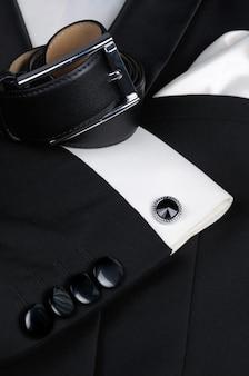 Szalik, pasek, spinki do mankietów, krawat motyl niezbędny zestaw akcesoriów do smokingu