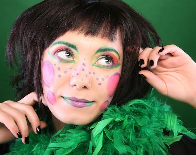 Szalona kobieta na zielonym tle