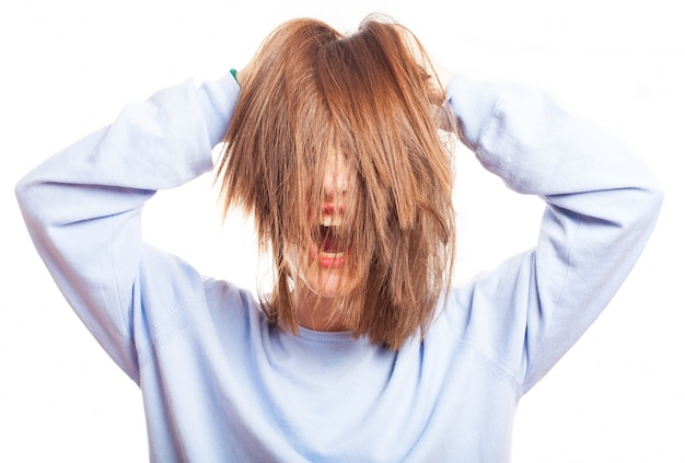 Szalona nastolatka bawi się włosami