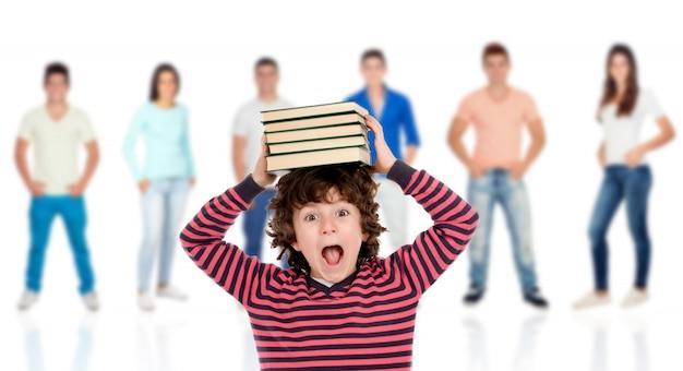 Szalone dziecko z książkami na głowie