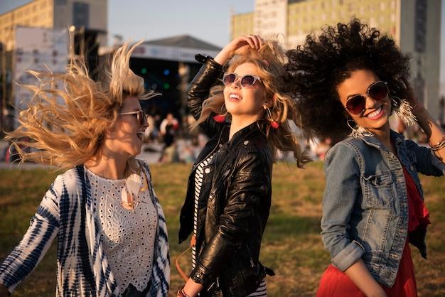 Szalone kobiety tańczą na festiwalu muzycznym