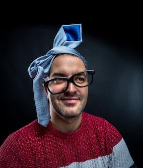 Szalony człowiek z krawatem na głowie zabawy na imprezie firmowej. koncepcja strony biurowej i firmowej.