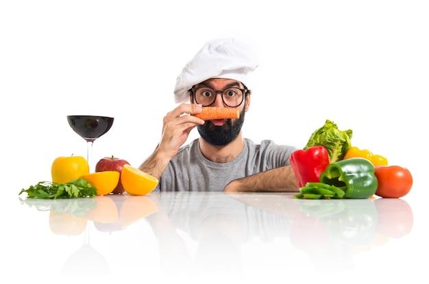 Szalony kucharz hipster z marchewką jak wąsy