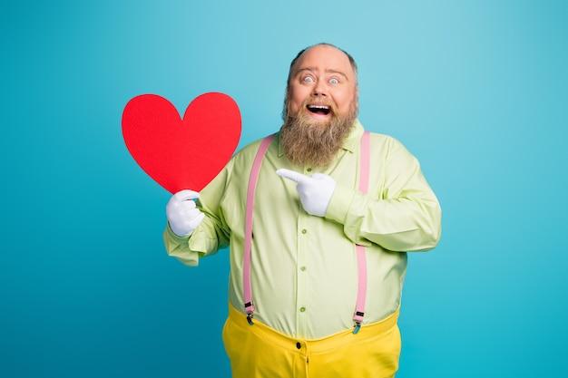 Szalony mężczyzna z nadwagą trzymający serce valentine karty