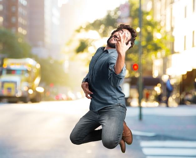 Szalony młody człowiek skoków. happy wypowiedzi