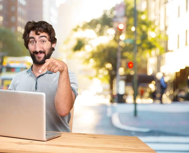 Szalony młody człowiek z wyrażeniem stołu .happy