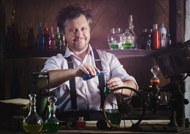Szalony średniowieczny naukowiec pracujący w swoim laboratorium
