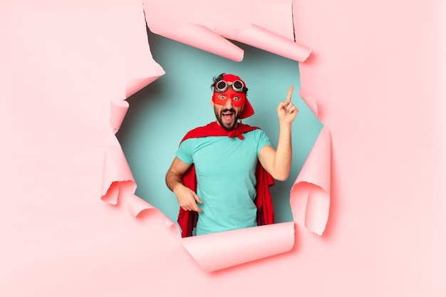 Szalony super bohater. zszokowana lub zdziwiona ekspresja