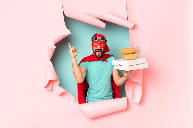 Szalony super bohater. zszokowany lub zdziwiony wyraz twarzy. koncepcja fast foodów na wynos
