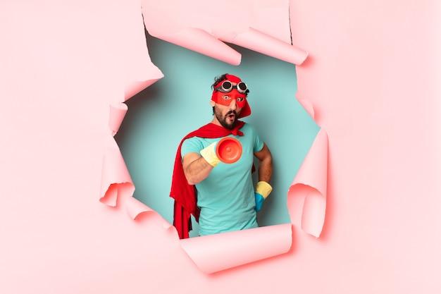 Szalony superbohater człowiek szczęśliwy i zaskoczony koncepcja sprzątania wyrażenie