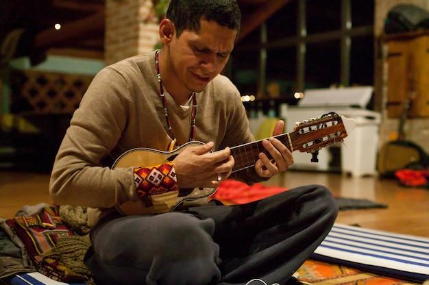 Szaman z ameryki południowej z zamiarem grania relaksującej muzyki podczas ceremonii z użyciem leczniczej rośliny ayahuasca