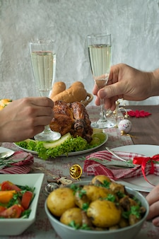 Szampan w rękach. świąteczny stół. nowy rok.